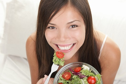 eating food with clear aligners